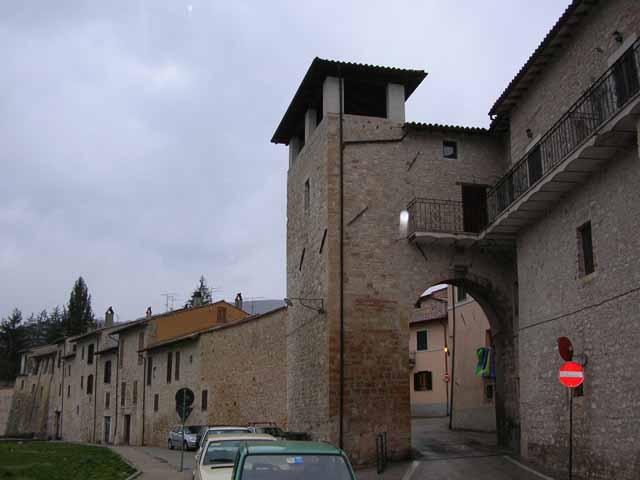 Norcia - Finestra che si apre sul lato superiore ...