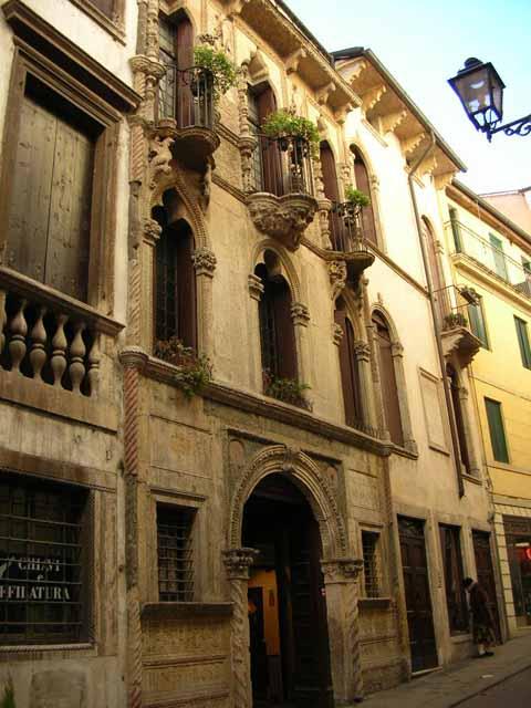 Il duomo di vicenza ed alcuni edifici civili for Piani di casa cottage gotico